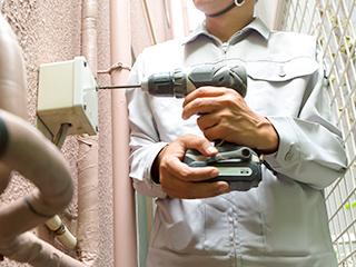 電気工事の作業中の男性