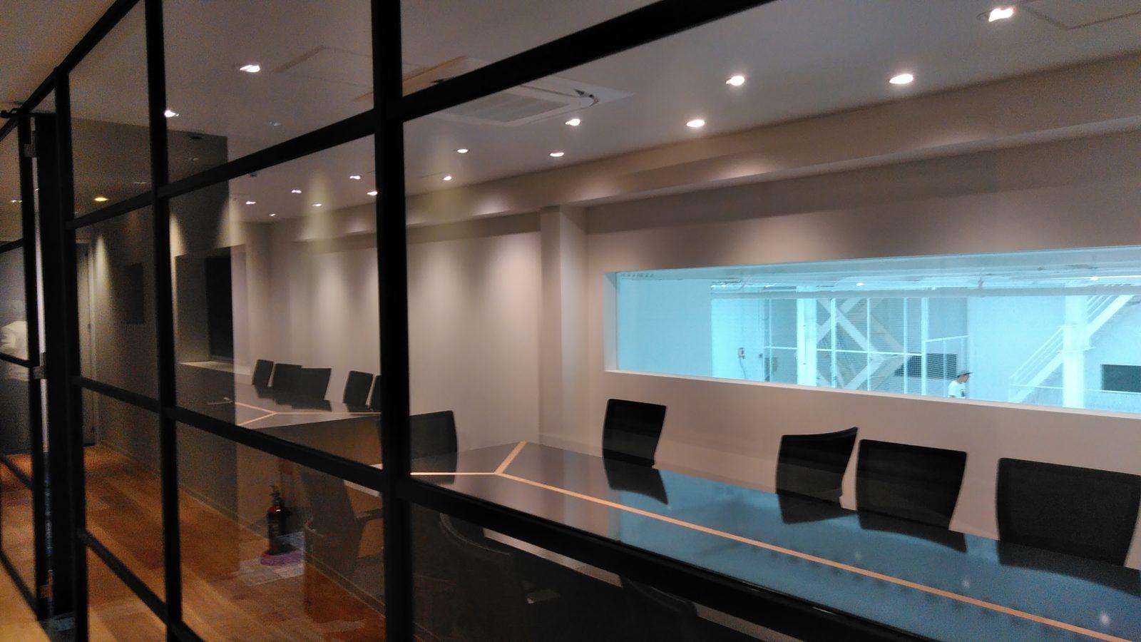 廊下から会議室