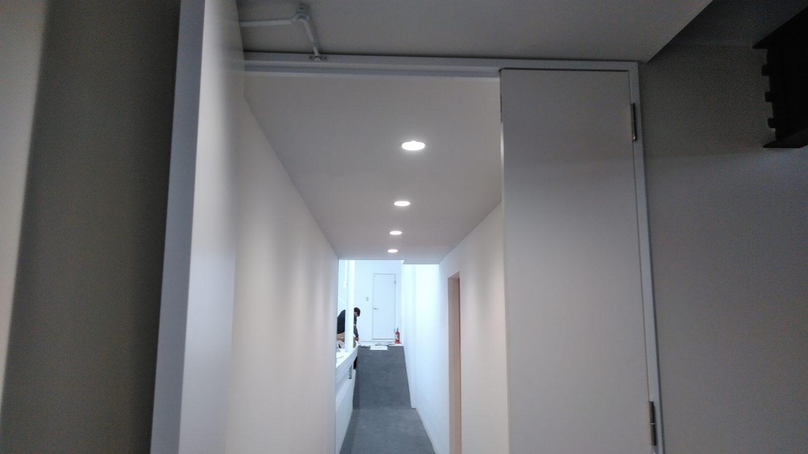 事務所から作業場廊下